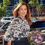 Bei einem Termin des WWF strahlt Prinzessin Mary mit der späten Sommersonne um die Wette. Sie trägt eine Bluse mit floralem Print von Erdem, dazu einen plissierten Rock. Der Blumenstrauß ..