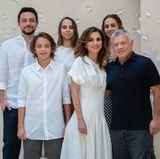 """Königin Rania bedankt sich mit einem seltenen Foto der ganzen Familievia Instagram für die Glückwünsche zu ihrem50. Geburtstag: """"Es geht doch nichts über einen Geburtstag im Kreise deiner Liebsten"""".In einem cremefarbenen Kleid mit betonter Taille und einem kunstvoll drapierten Ausschnitt von Proenza Schouler (Preis rund 1.230 Euro) zeigt sie sich gewohnt elegant. Auch der Restscheint sich farblich auf das Geburtstagskind abgestimmt zu haben - wie harmonisch!"""