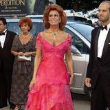Wieder einmal ist es Sophia Loren, die 2002 bei den Filmfestspielen in Venedig modisch die Nase vorne hat. Sexy, frisch und elegant präsentiert sie ihre pinke Robe auf dem roten Teppich.