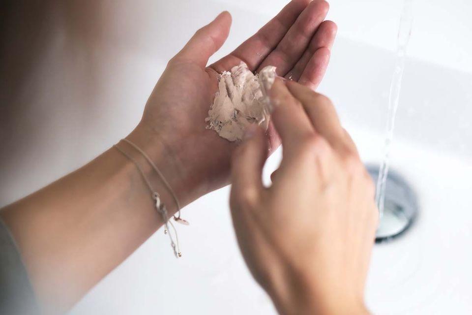 Handinnenfläche mit Reinigungs-Puder