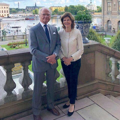 König Carl Gustaf und Königin Silvia grüßen vom Stockholmer Schloss. Die letzten Monate hatten sie wenigen des Coronavirus außerhalb der Stadt verbracht.