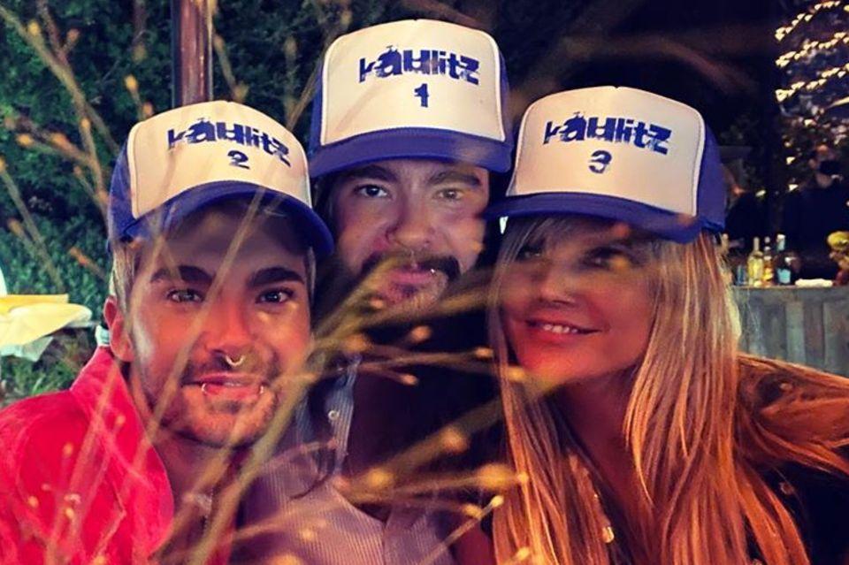 """1. September 2020  Grüße von Kaulitz 1, 2 und 3: Heidi Klum hat keine Kosten und Mühen gescheut, ihrem Liebstem Tom Kaulitz und seinem Zwillingsbruder Bill einen wundervollen Geburtstag zu bescheren, Caps mit der Aufschrift """"Kaulitz"""" inklusive. Gefeiert wird mit Freunden und Familie."""