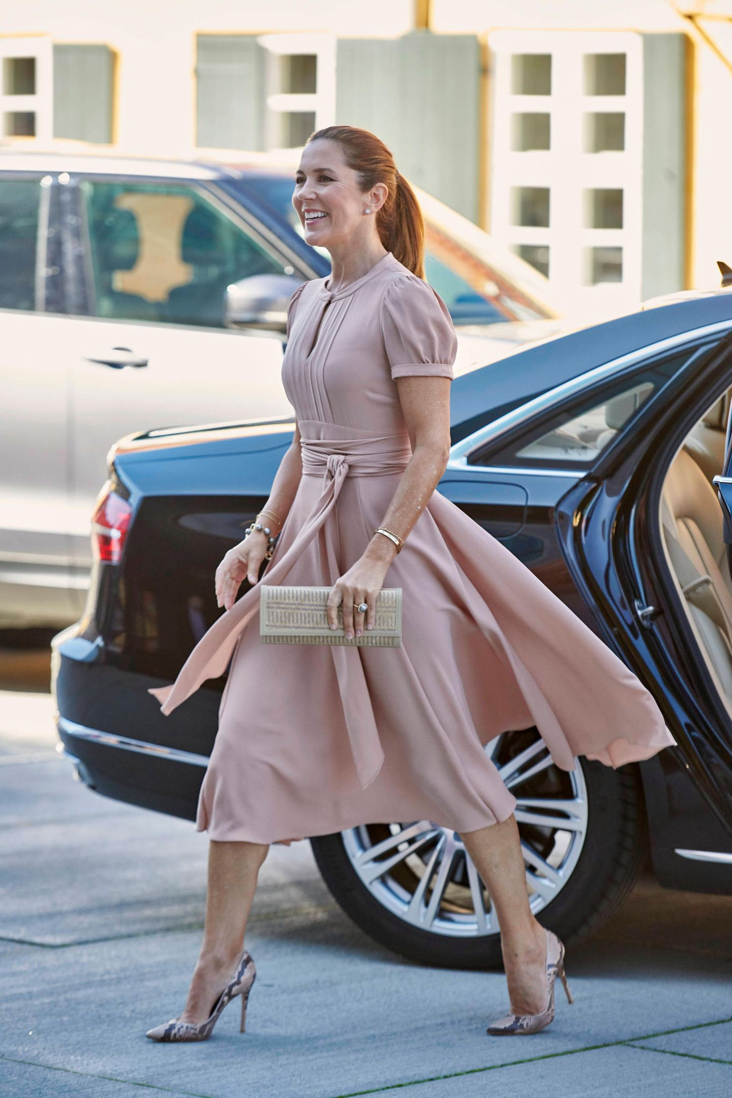 """Prinzessin Mary legt beim Gipfel""""The BLOX - BUILD BACK BETTER"""" in Kopenhagen einen filmreifen Auftritt hin. Das liegt natürlich zum einen an ihrem wunderschönen Designerkleid von Marc Jacobs, zu dem sie einen Armreif von Cartier und ein Perlenarmband von Dulong kombiniert. Zum anderen aber auch ..."""