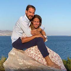 Die Bilder des frischverlobten Paares machte der Bruder des glücklichen Bräutigams in spe, Prinz Nikolaos. Obwohl die idyllische Landschaft nicht schöner sein könnte, fällt der große Edelstein an Ninas Hand sofort ins Auge. Prinz Philippos hat sich gegen einen klassischen Solitär-Ring entschieden und trumpft mit einem Ring im Vintage-Stil auf.