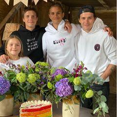 1. September 2020  Der mittlere Sohn von Victoria und David Beckham feiert heute seinen 18. Geburtstag. Stolz postet Mama Victoria ein Foto von Romeo und seinen Geschwistern. Und auch wenn Romeo Beckham nun erwachsen ist, lässt er sich die Regenbogen-Torte zu seinem Ehrentag dennoch schmecken.