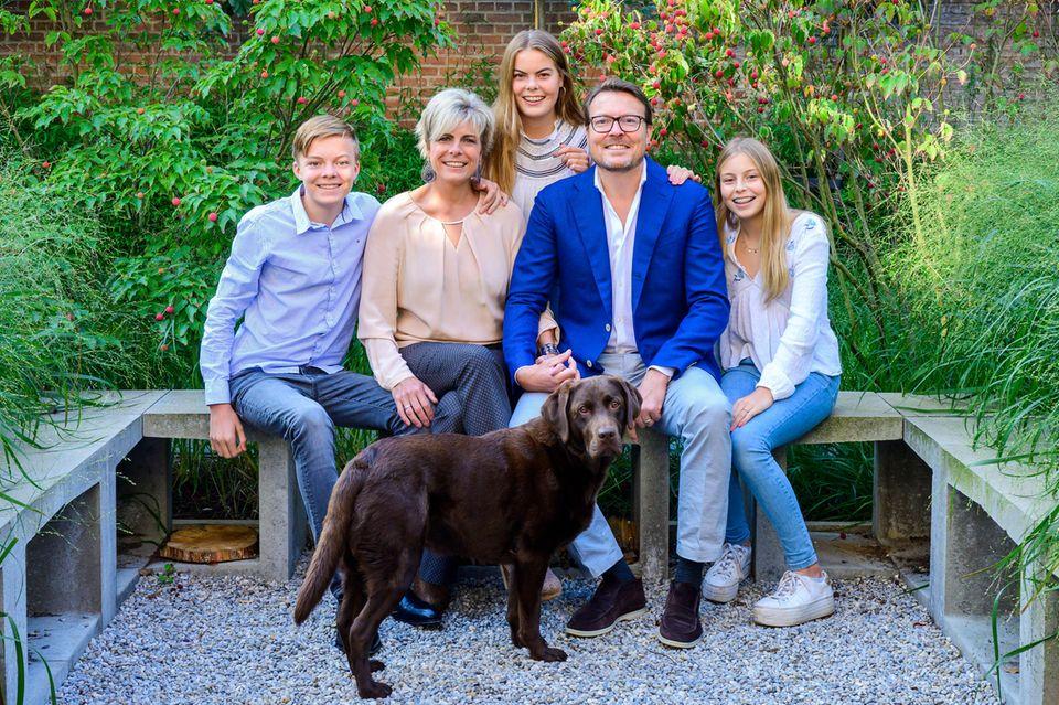 Claus-Casimir, Laurentien, Eloise, Constantijn und Leonore der Niederlande posieren 2019 für ein Familienfoto mit Hund.