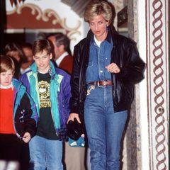 1994 zeigte sich Diana in genau diesem Trend: blaue Jeans mit passendem Jeanshemd. Während eines Winterurlaubs trägt sie dazu weiße Winter-Boots und eine schwarze Jacke. Harry und William hat sie im Schlepptau. Scheint als seien die Vergiss-mein-nichts, die Harry und Meghan zu ihren Ehren an diesem Tag pflanzten, nicht die einzige Hommage an seine geliebte Mutter.