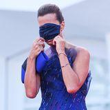 So lieber nicht! Roberta Armani zweckentfremdet zum Spaßihren Mundnasenschutz zur Augenmaske.