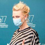 Auch Cate Blanchett zeigt sich bei ihrer Fotosession ganz vorbildlich mit Maske.