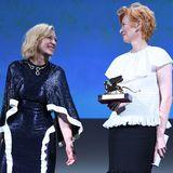 Keine Umarmung, aber sichtbare Freude, die Cate Blanchett ausstrahlt, nachdem sie Tilda Swinton den Goldenen Löwen für ihr Lebenswerk überreichen konnte.