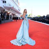Hunderte Fotografen säumen den Red Carpet, um die Glamour-Looks der Gäste, wie hier die italienische Schauspielerin Erika Aurora, einzufangen.