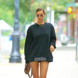 Ist Irina Shayk etwa ohne ...? Nein, sie ist mit Hose in New York unterwegs. Die ist, genau wie ihr Sweatshirt allerdings so kurz, dass sich das Model alle paar Meter alles zurechtzuppeln muss.