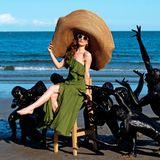 """Kunst am Strand! Und mittendrin posiert Schauspielerin Lotte Verbeek, die mit dieser Aktion eine Szene aus ihrem neuen Film""""The Book Of Vision"""" nachstellt."""