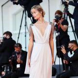 Wie eine griechische Göttin posiert das norwegische Model Frida Aasen auf dem Red Carpet.