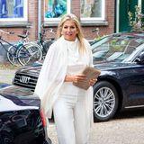 Lady in white: Beim Besuch des Thuis West Community Centers in Rotterdam setzt Königin Máxima auf einen monochromen Look in Weiß aus Top, Stola und Hose. Dazu kombiniert sie goldenen Schmuck und nudefarbene Accessoires wie Tasche und spitze Pumps ...