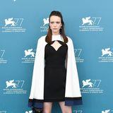 In diesem unkonventionellen Look aus Kleid und Cape von Louis Vuitton zieht Stacy Martin alle Blicke auf sich.