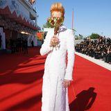 Aber auch in einem weißen, feminineren Look von Chanel sieht Tilda Swinton bestens aus.