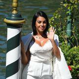 Willkommen!Georgina Rodríguez, die Freundin Cristiano Rolando trägt bei ihrer Ankunft einen weißen Look von Ermanno Scervino. Ziemlich sexy …