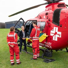 Aber alles ist gut gegangen, und nach Sophies Besichtigung des Helikopters steht ein freundlicher Plausch mit den fliegenden Rettungssanitätern.