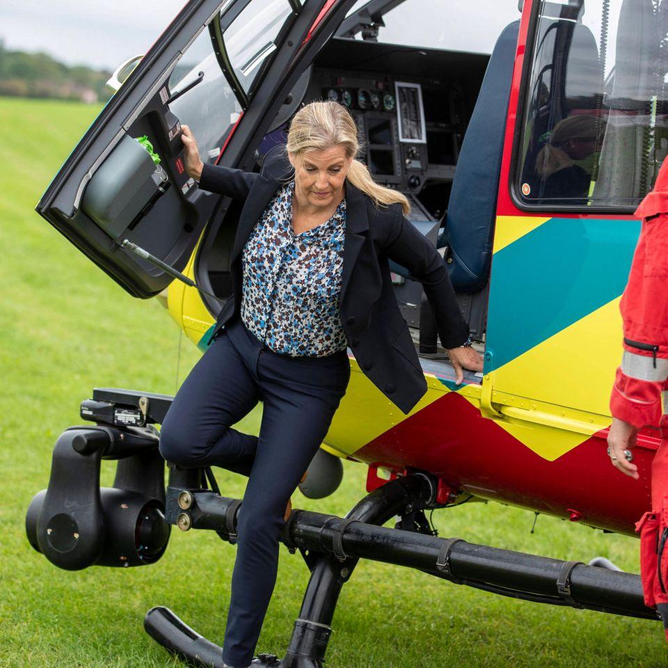3. September 2020  Jetzt bloß nicht stolpern, Gräfin!Sophie von Wessex besuchtanlässlich des 21. Jubiläums die Luftambulanz Thames Valley Air Ambulance in Maidenhead, und beim Aussteig aus dem Rettungshubschrauber muss sie gut achtgeben.