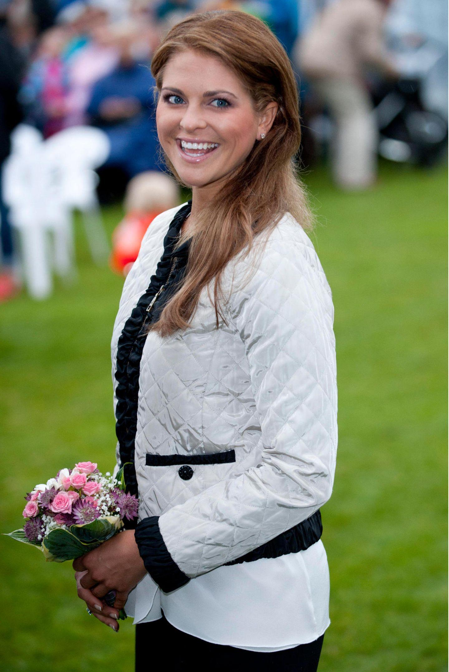 Zum ersten Mal wurde diese Jacke von Prinzessin Madeleine beim Victoriatag 2011 getragen. Im Zuge der Coronakrise hat Königin Silviaihre jüngste Tochterseit Dezember 2019 nicht mehr gesehen, vielleicht möchte sie ihr mit dieser Jacke eine süße Botschaft senden und ihr mitteilen, dass an sie gedacht wird.