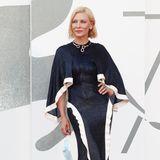 """Am Tag zuvor begeistert Cate Blanchett in einem Kleid vonEsteban Cortazar, dass sie bereits beim """"BFI London Film Festival"""" getragen hat. Dazu kombiniert sie eine schmeichelnde Statement-Kette von Pomellato. Der Iconica Halsreif ist mit weißen Diamanten verziert und rundet den Red-Carpet-Look gekonntab."""