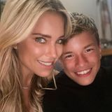 """Heute ist es um Damian van der Vaart etwas stiller geworden. Bei Instagram postet Sylvie Meis im September 2020 nun stolz ein seltenes Selfie mit ihrem Sohn und schreibt dazu: """"My everything"""". Den Umgang mit der Kamera, hat der mittlerweile 14-Jährige noch genauso drauf, wie damals als kleiner Knirps."""
