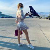 ... dabei fällt nicht nur ihr süßes Kleid auf, sondern auch die Chanel-Sneaker.