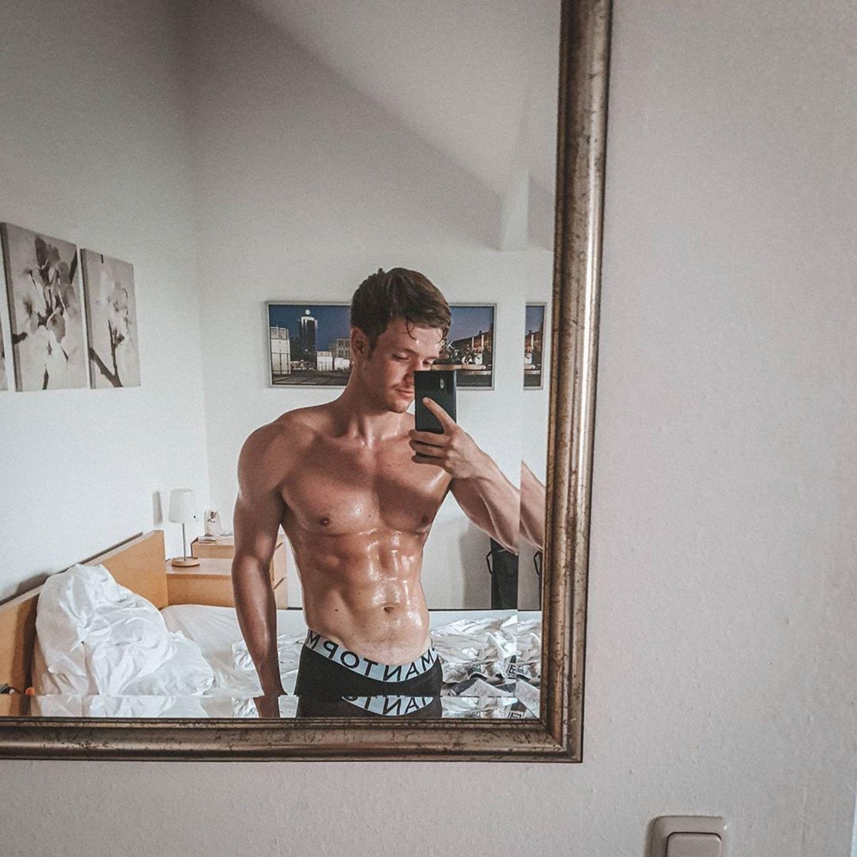Wahnsinn, diese Muckis! Mit diesem Spiegel-Selfie bringt Schauspieler Timur Bartels seine Fans zum Ausflippen. Verständlich ...