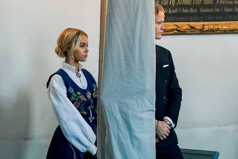Etwas abseits verfolgt der große Bruder, Marius Borg Høiby gespannt die Zeremonie. Begleitet wird er von seiner Freundin Juliane Snekkestad. Es scheint immer ernster zwischen den beiden zu werden.