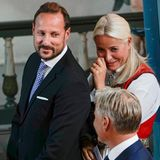 ... Allerdings nicht so sehr, wie seine Mutter Prinzessin Mette-Marit, die direkt zu Beginn der Feierlichkeiten sichtlich stolz und gerührt ist.
