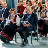 Ganz vorne unter den Zuschauern, sitzen Prinz Sverre Magnus' Großeltern Königin Sonja und König Harald.