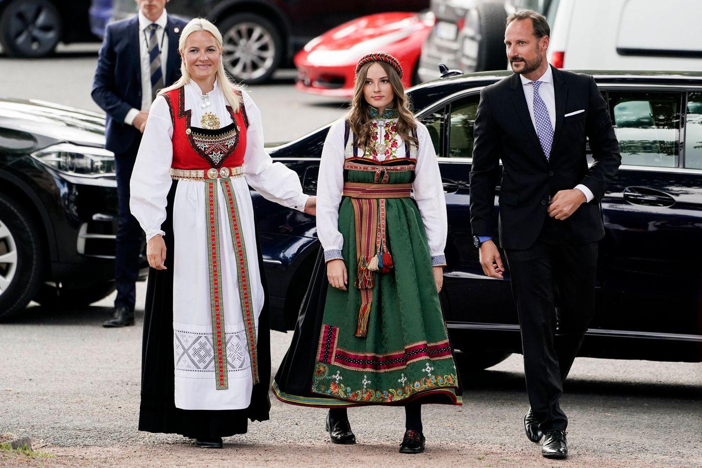 Prinzessin Mette-Marit, Schwester Prinzessin Ingrid Alexandra und Prinz Haakon treffen ein, um Prinz Sverre Magnus an diesem besonderen Tag zu unterstützen.