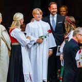 Geschafft: Stolz verlässt Prinz Haakon an der Seite seines Sohnes Prinz Sverre Magnus nach der Zeremonie die Kirche.