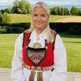 Die sichtlich stolze Mutter Prinzessin Mette-Marit, posiert an diesem herrlichen Tag in traditioneller Tracht für den Fotografen.