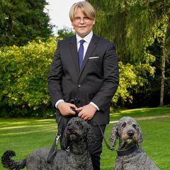 Tierisch anders: So ein Konfirmations-Shooting gab es in Norwegen noch nie: Prinz Sverre Magnus posiert für die offiziellen Fotos mit den Familienhunden Milly Kakao (r.) und Muffins Kråkebolle.