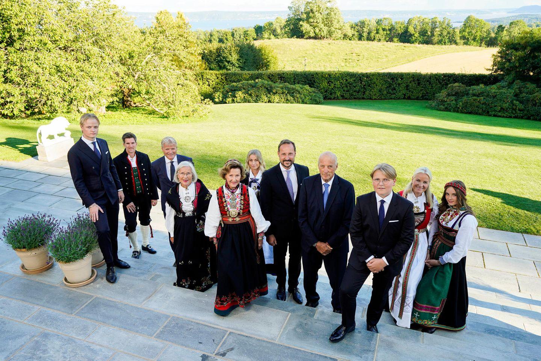 Die Konfirmationsgesellschaft kommt für ein letztes gemeinsames Bild zusammen:Marius Borg Høiby, Bjørn Stensland (Pate von Sverre Magnus), Espen Høiby (Bruder von Mette-Marit) , Marit Tjessem (Mutter Mette-Marit), Königin Sonja, Marianne Gjellestad (Patin von Sverre Magnus), Prinz Haakon, König Harald, Prinz Sverre Magnus, Prinzessin Mette-Marit und Prinzessin Ingrid Alexandra (v. l. n. r.)