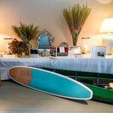 Zur Konfirmation wird Sverre Magnus reich beschenkt. Auf dem Gabentisch finden sich zahlreiche Glückwünsche und Geschenke, darunter Kunst, ein Schlafsack, ein Surfbrett und sogar ein Kanu.