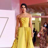 Rossella Romano trägt eine ungewöhnliche Farbe und sticht mit dem Kleid in goldigem Geld umso mehr hervor.