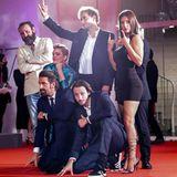 """Die Crew des Films""""Mandibules"""" hat ihre gemeinsame Red-Carpet-Pose perfektioniert."""