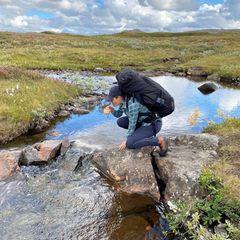Und das Wasser im Bergbach ist so sauber, dass sich die Kronprinzessin zur Erfrischung eine Tasse davon gönnt.