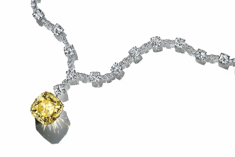 Der Tiffany Diamond mit 128 Karat wurde 1877 in Südafrika entdeckt und ein Jahr später von Charles Lewis Tiffany gekauft. Durch den Cusion Cut mit 82 Facetten kommt die ganze Schönheit des seltenen Steines zur Geltung.
