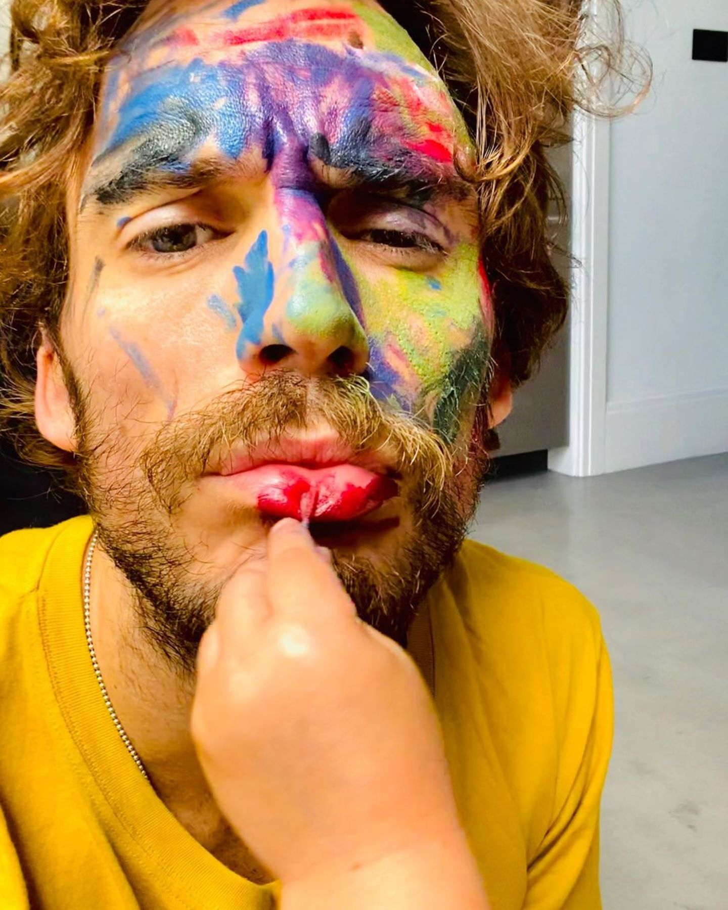 """5. September 2020  Auch Sam Claflin kann ab und an etwas Farbe im Gesicht gebrauchen. Dafür sorgten seine zwei """"Graffiti-Künstler"""" zuhause."""