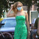 Zum Spaziergang mit ihrem FreundCooke Maroney in New York zeigt sich die 30-jährige Schauspielerin Jennifer Lawrence in einem grünfarbenen mit kleinen Tennisspielern bedruckten Spaghettikleid des Labels HVN. Sie kombiniert das Seidenkleid mit weißen Sneakern und einer Sonnenbrille. Doch irgendwie kommt uns das Kleid bekannt vor .... Hat sich Jennifer etwa bei diesem Royal inspirieren lassen?