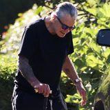 7. September 2020  Auf einen Gehstock gestützt und mit sichtlich ergrauten Haaren, ist Musiker Ozzy Osbourne in Santa Barbara unterwegs.