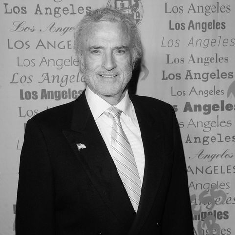 Kevin Dobson (†77)