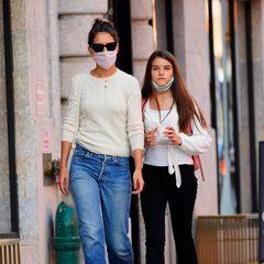So siehtbei Katie Holmes und Tochter Suri also ein gemütlicher Spätsommertag aus: Mit einem Frozen Joghurt in der Hand, aber schon in einem leichten Wollpullover und -cardigan gekleidet, schlendern Mutter und Tochter durch New York. Beide kombinieren hellen Strick mit einer Jeans, bei Suri runden weiße Sneaker den Look ab, Katie greift zu grünen Pantoletten.