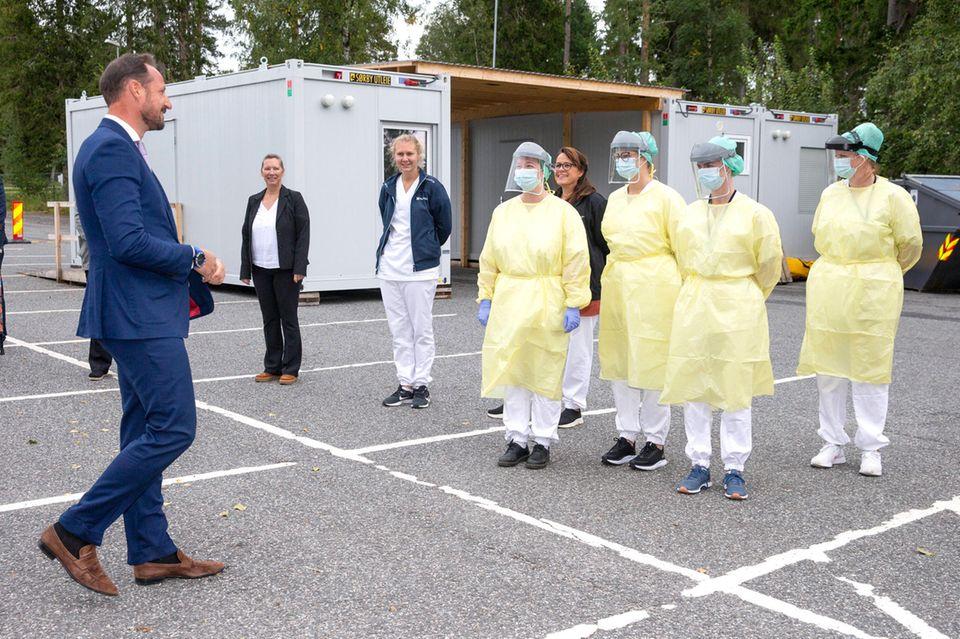 In der Stadt Askim besucht Prinz Haakon Mitarbeiter einer Station, die Corona-Tests durchführen.