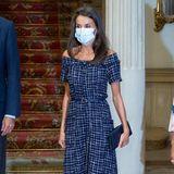 Zu den Feierlichkeiten am Freiwilligen-Tag in Spanien trägt Königin Letizia eins ihrer liebsten Kleider: Ein schulterfreies, marineblaues Tweedkleid in Wadenlänge. Sieht teuer aus - ist es aber nicht:Es stammt vom LabelZara. Dazu kombiniert Letizia Pumps und Tasche von Carolina Herrera.