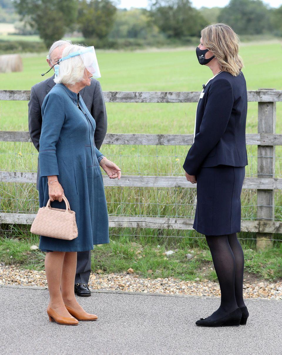 9. September 2020  Dieser Termin wird tierisch: Herzogin Camilla begrüßtClaire Guest, Geschäftsführerin der WohltätigkeitsorganisationMedical Detection Dog. Die Frauen treffen sichin Milton Keynes, England, wo die Charity ein Ausbildungszentrum für Hunde betreibt.